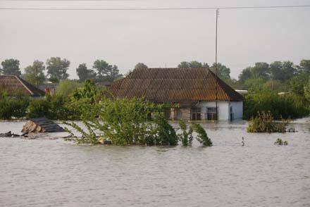 Пострадавшие от наводнений остаются без крова