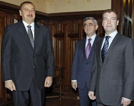 Медведев будет позировать на фоне Алиева и Саркисяна