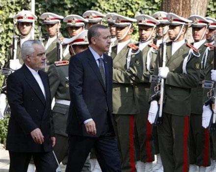 Эрдоган пытается заработать на противоречиях,