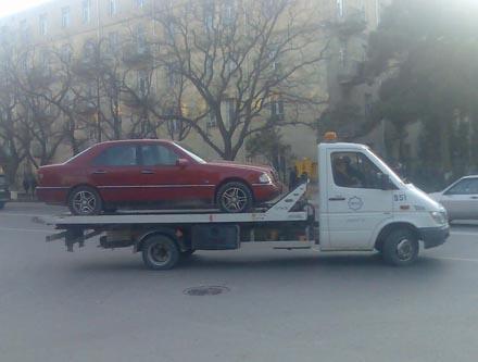 """Центр Баку неожиданно """"зачистили"""" от неправильно припаркованных машин"""