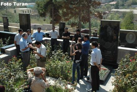 Журналисты посетили могилы Эльмара Гусейнова и Наджафа Наджафова